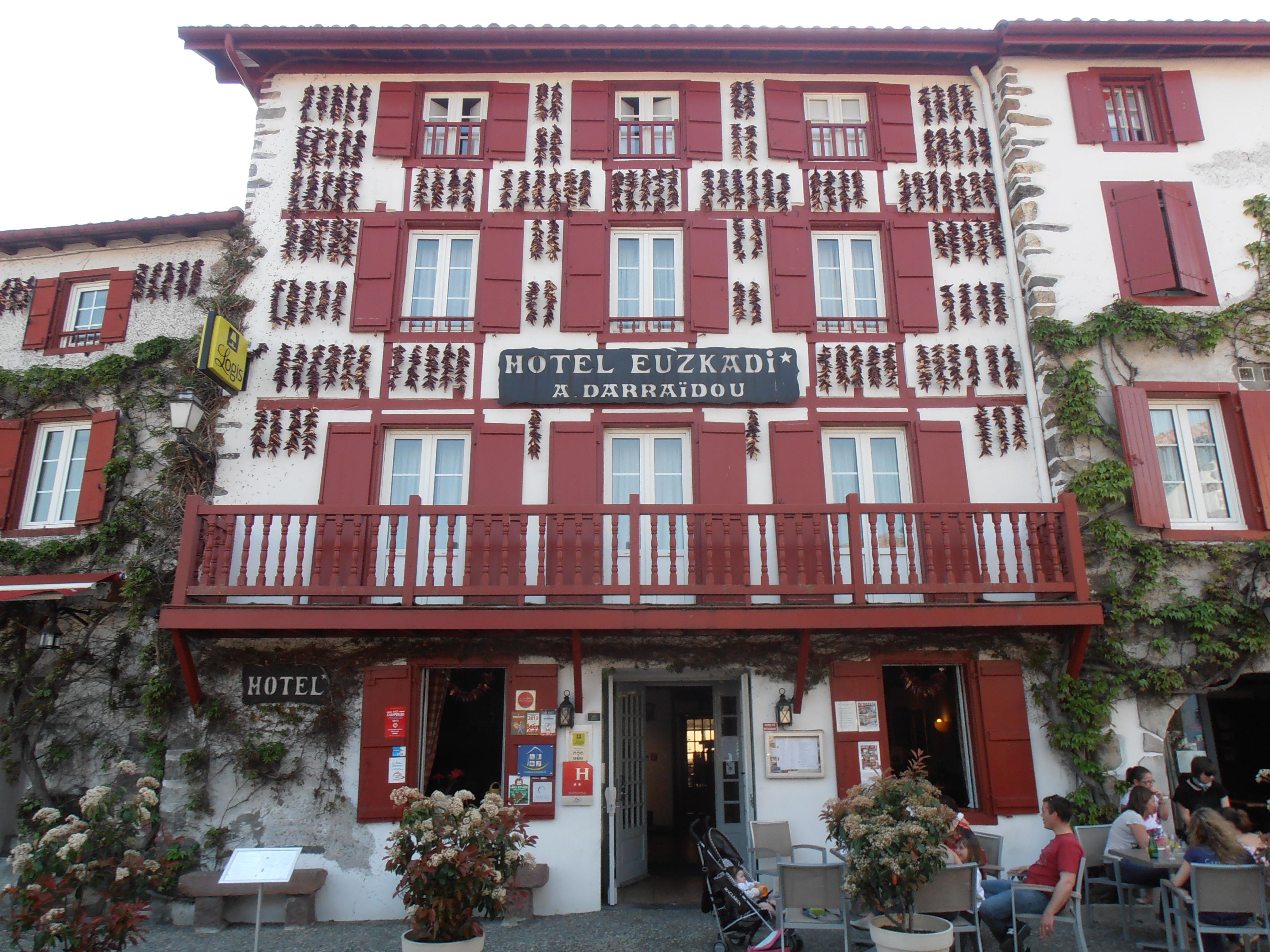 Casa típica de Espelette con pimientos en proceso de secado colgados de su fachada