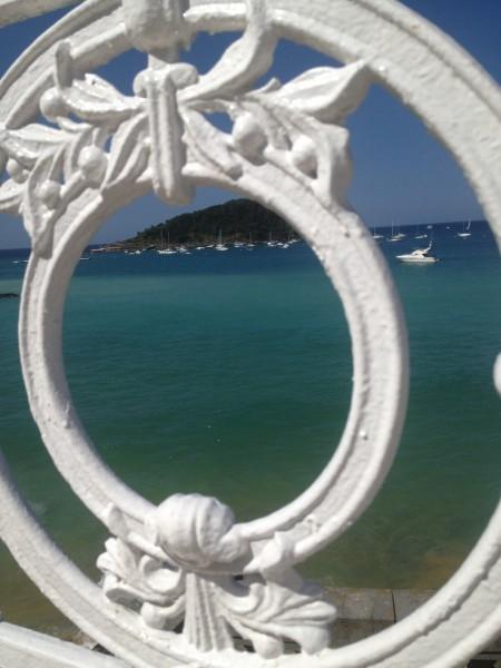 Imagen típica de la bahía de la concha de san sebastian